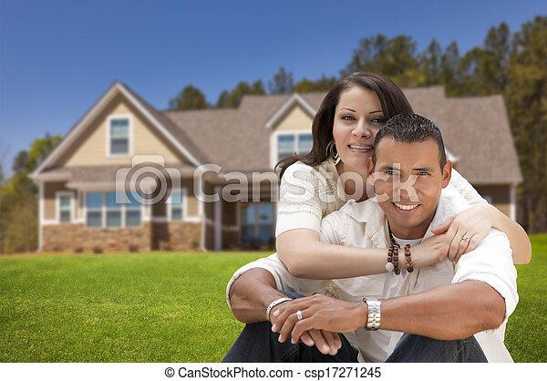 Feliz pareja hispana frente a su nuevo hogar - csp17271245