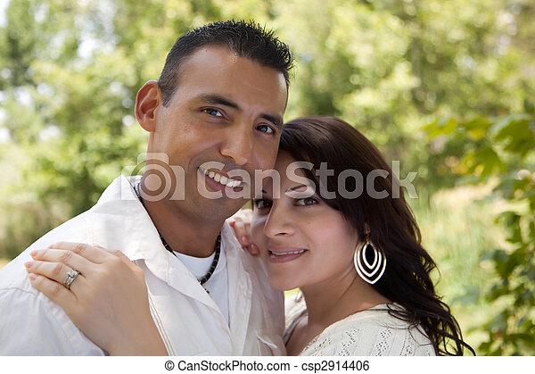 Una pareja hispana atractiva en el parque - csp2914406