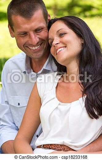 Cierra el retrato de la joven pareja feliz - csp18233168