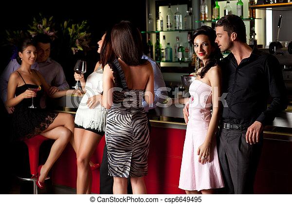 Una pareja joven en el bar - csp6649495