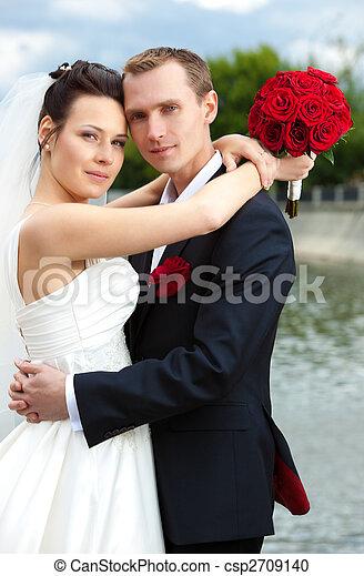 Una joven pareja de bodas - csp2709140