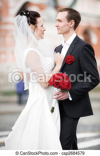 Una joven pareja de bodas - csp2684579