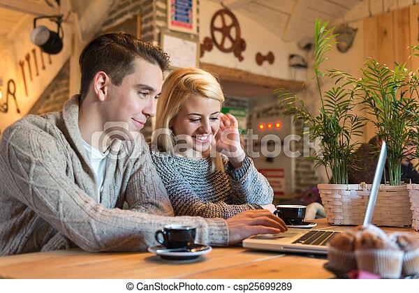 Una pareja joven en internet - csp25699289