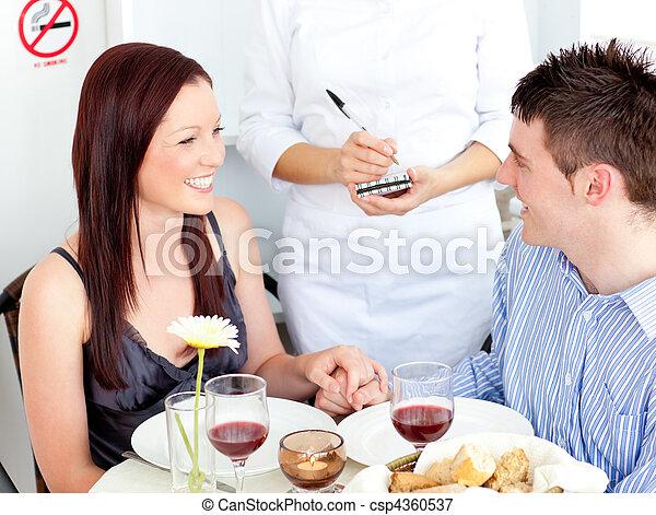 Una pareja joven en un restaurante - csp4360537