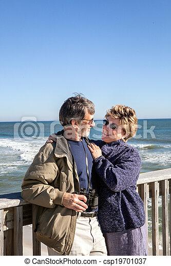 Pareja retirada abrazada en vacaciones en el muelle de pesca - csp19701037