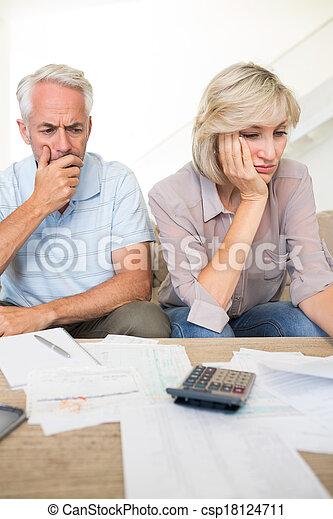 Una pareja madura tensa con cuentas y calculadora en casa - csp18124711