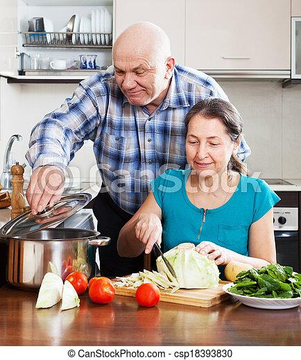 Una pareja madura cocinando juntos - csp18393830