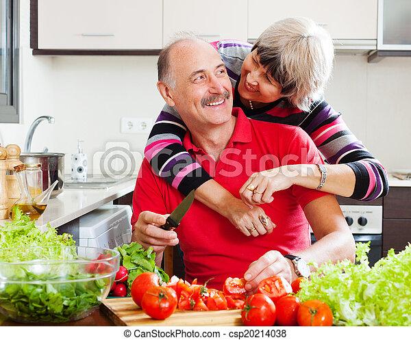 Una pareja madura cocinando juntos - csp20214038