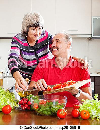 Una pareja madura cocinando juntos - csp28105616