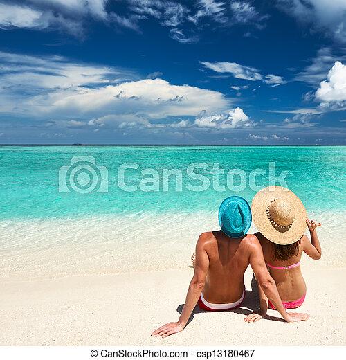 Una pareja en una playa en Maldivas - csp13180467