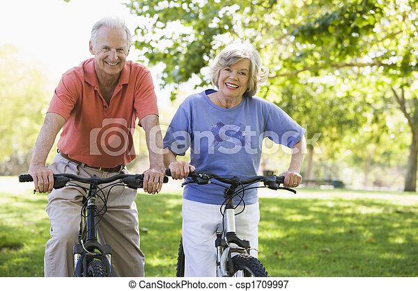 Una pareja mayor en bicicletas - csp1709997