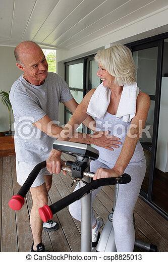 Una pareja de ancianos haciendo ejercicio - csp8825013