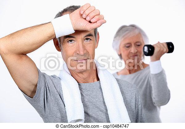 Una pareja mayor haciendo ejercicio - csp10484747