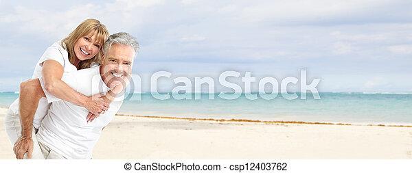Feliz pareja senior en la playa. - csp12403762