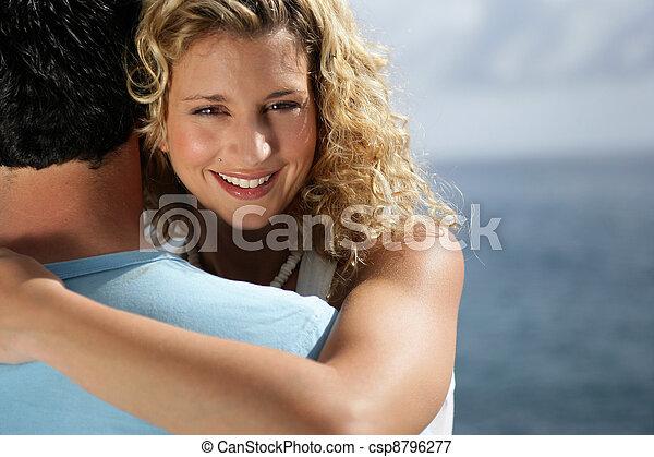 Un par de abrazos en la playa - csp8796277