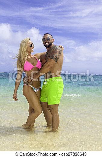 Una pareja perfecta en la playa - csp27838643