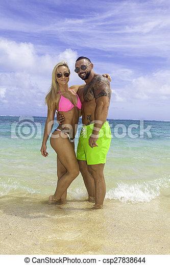 Una pareja perfecta en la playa - csp27838644