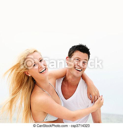 Una pareja feliz en la playa - csp3714323
