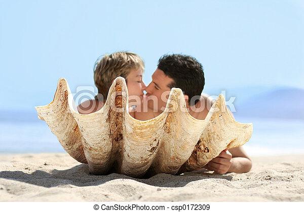 Una pareja en la playa - csp0172309