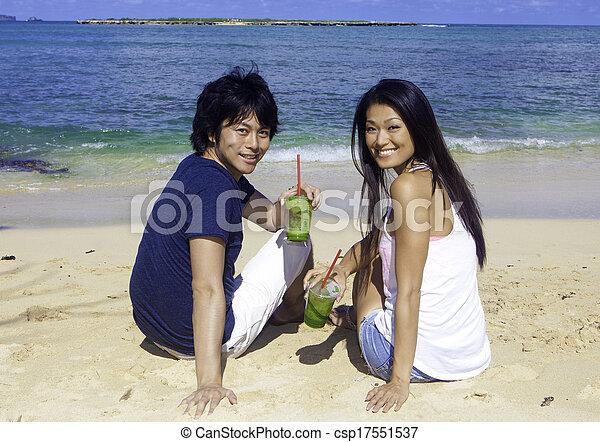 Una pareja japonesa en la playa - csp17551537