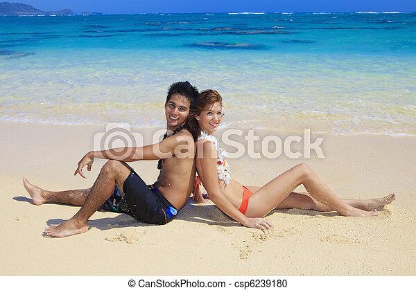 Una joven pareja en la playa en Hawaii - csp6239180