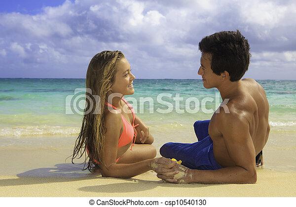 Una pareja joven en la playa en Hawaii - csp10540130
