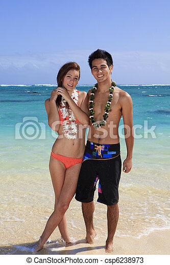 Una joven pareja en la playa en Hawaii - csp6238973