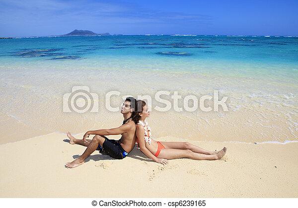 Una joven pareja en la playa en Hawaii - csp6239165
