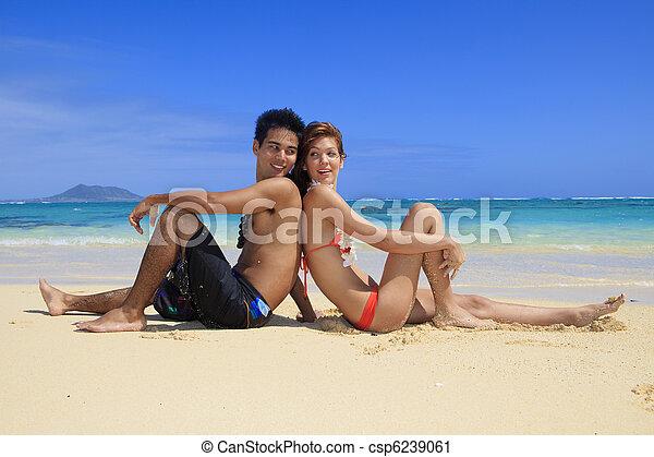 Una joven pareja en la playa en Hawaii - csp6239061