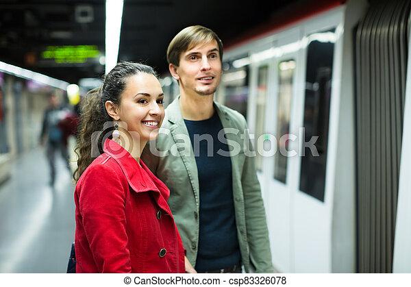 pareja, posición, estación, joven, metro - csp83326078