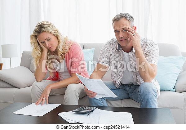 pareja, preocupado, cuentas, calculador, sofá - csp24521414
