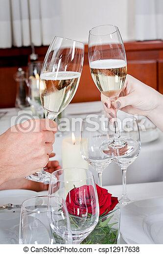La feliz pareja sonriente en el restaurante celebra - csp12917638