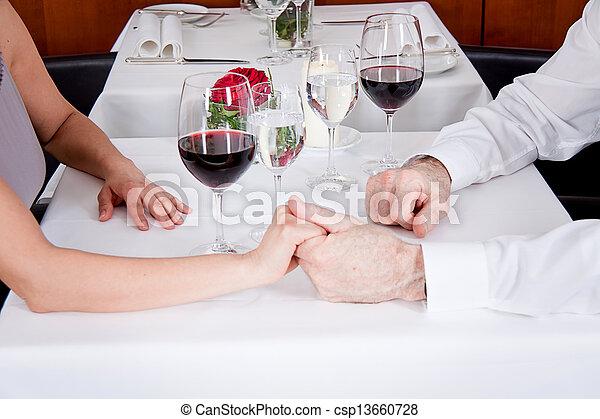 La feliz pareja sonriente en el restaurante celebra - csp13660728
