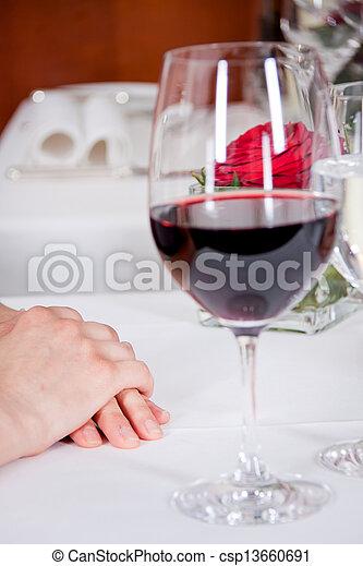 La feliz pareja sonriente en el restaurante celebra - csp13660691