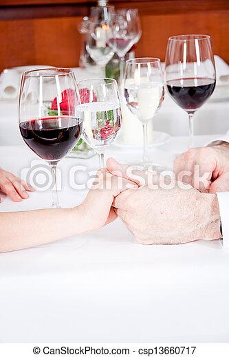 La feliz pareja sonriente en el restaurante celebra - csp13660717
