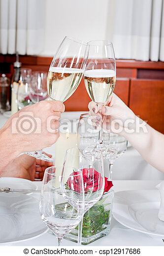 La feliz pareja sonriente en el restaurante celebra - csp12917686