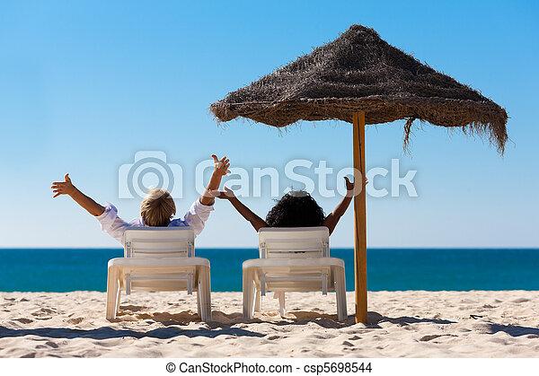 pareja, vacaciones de playa, sombrilla - csp5698544