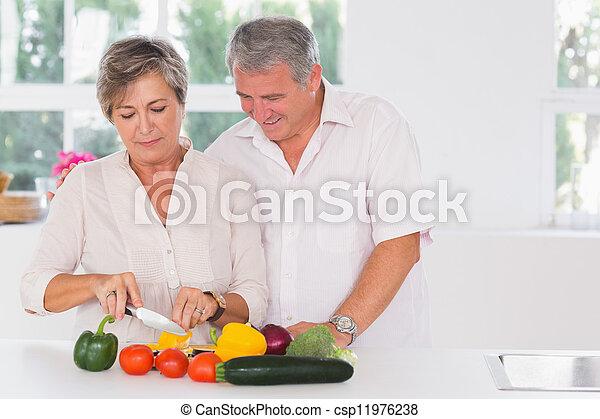 Una pareja vieja preparando verduras - csp11976238