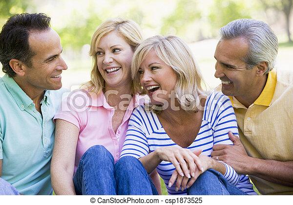 Dos parejas al aire libre sonriendo - csp1873525