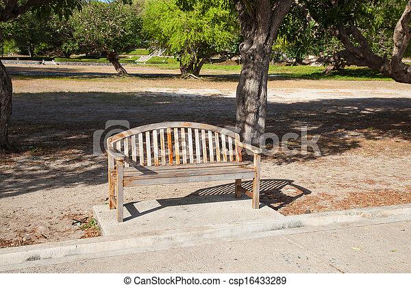 Bench en el parque. - csp16433289