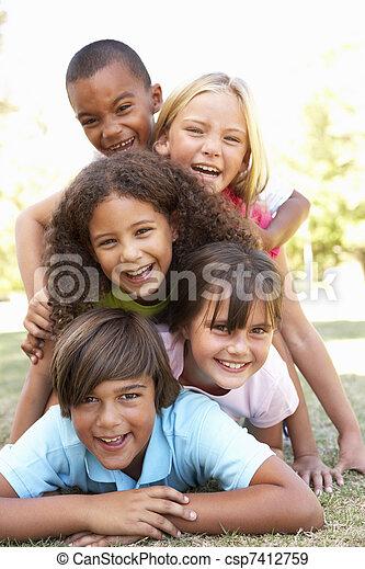 park, kinderen, groep, op, opgestapelde - csp7412759
