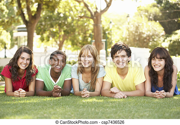 park, mägen, gruppe, teenager, liegen - csp7436526