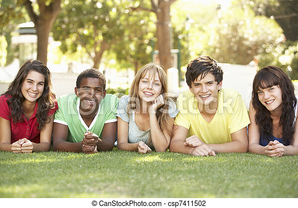 park, mägen, gruppe, teenager, liegen - csp7411502