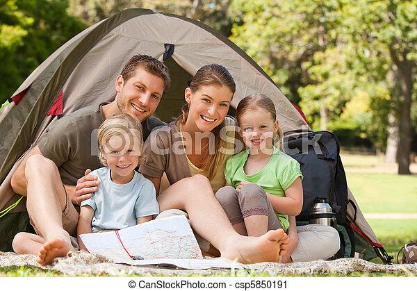 La familia acampa en el parque - csp5850191