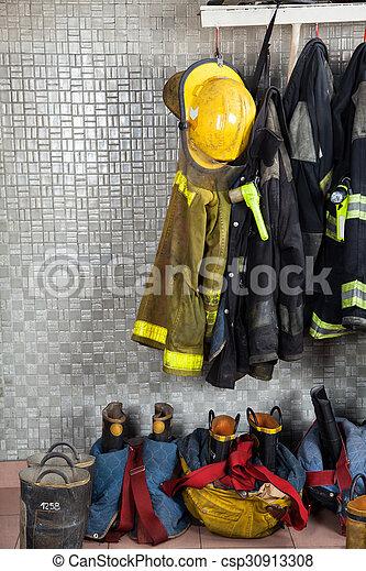 Trajes de bomberos en la estación de bomberos - csp30913308