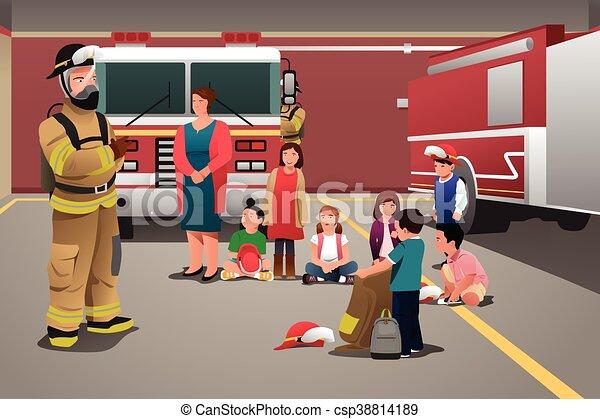 Niños visitando una estación de bomberos - csp38814189