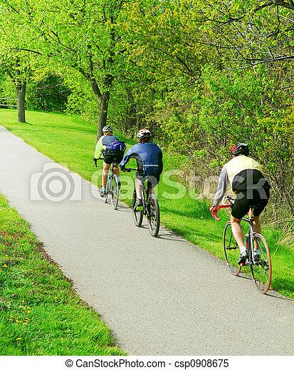 En bicicleta en un parque - csp0908675