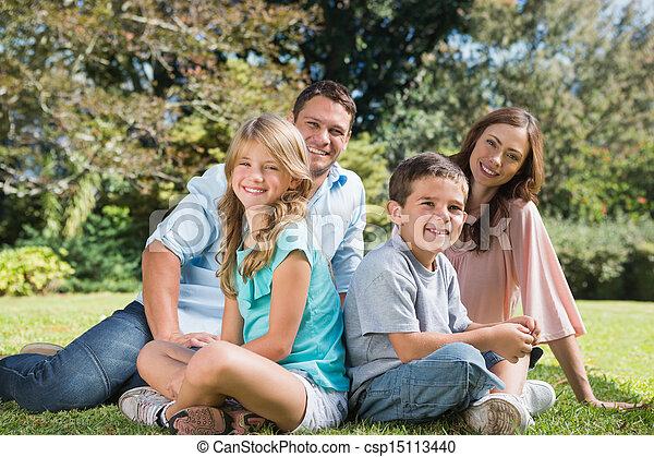 parque, familia joven, sentado - csp15113440