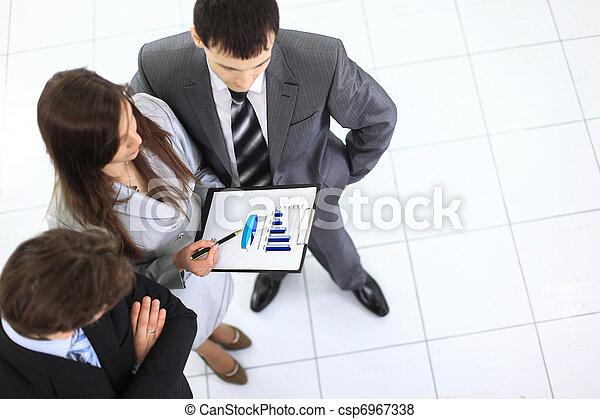 partenaires, business, discuter, sur, mains, projet, au-dessus, papiers, nouveau, réunion, vue - csp6967338