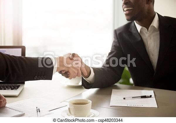 Partenaires poignée main business haut noir entre fin blanc